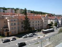 Výhled z lodžie + zastávka MHD. (Prodej bytu 2+kk v osobním vlastnictví 70 m², Praha 9 - Vysočany)