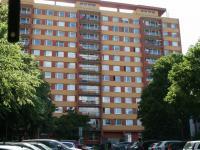 Pohled na dům a přilehlé parkoviště. (Pronájem bytu 3+1 v osobním vlastnictví 65 m², Praha 8 - Kobylisy)