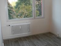 Druhý samostatný ppkoj s okny do zeleně před domem. (Pronájem bytu 3+1 v osobním vlastnictví 65 m², Praha 8 - Kobylisy)