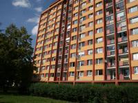 Kompletně revitalizovaný panelový dům, obklopený zelení. (Pronájem bytu 3+1 v osobním vlastnictví 65 m², Praha 8 - Kobylisy)