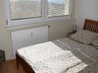 Samostatný pokoj - zařízená ložnice. (Prodej bytu 2+kk v osobním vlastnictví 40 m², Praha 8 - Troja)