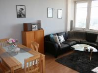 Obývací pokoj s kuchyní a jídelnou. (Prodej bytu 2+kk v osobním vlastnictví 40 m², Praha 8 - Troja)