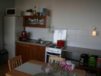 Kuchyňská linka s elektrickým sporákem a troubou. (Prodej bytu 2+kk v osobním vlastnictví 40 m², Praha 8 - Troja)