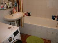Koupelna. (Prodej bytu 2+kk v osobním vlastnictví 40 m², Praha 8 - Troja)