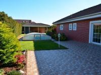 Terasa a venkovní bazen (Prodej domu v osobním vlastnictví 198 m², Jirny)