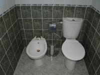 1. koupelna + WC u ložnice (Prodej domu v osobním vlastnictví 198 m², Jirny)