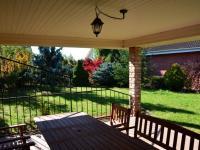 Výhled z altánu do zahrady (Prodej domu v osobním vlastnictví 198 m², Jirny)