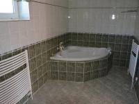 1. koupelna u ložnice (Prodej domu v osobním vlastnictví 198 m², Jirny)