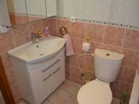 2. koupelna (Prodej domu v osobním vlastnictví 198 m², Jirny)