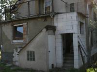 Pohled na zadní část domu s přístavbou, sklepem a terasou. (Prodej domu v osobním vlastnictví 190 m², Praha 9 - Hloubětín)