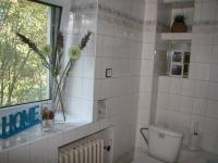 Koupelna v přízemí domu s vanou, umyvadlem a toaletou. (Prodej domu v osobním vlastnictví 190 m², Praha 9 - Hloubětín)