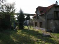 Pohled na dům z bočního konce zahrady. (Prodej domu v osobním vlastnictví 190 m², Praha 9 - Hloubětín)
