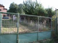 Příjezdová část pozemku + vjezdová a vstupní brána. (Prodej domu v osobním vlastnictví 190 m², Praha 9 - Hloubětín)