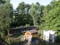 Výhled z terasy do zahrádkářské osady + na potok Rokytka. (Prodej domu v osobním vlastnictví 190 m², Praha 9 - Hloubětín)