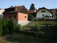 Výhled z terasy na okolní zástavbu domů. (Prodej domu v osobním vlastnictví 190 m², Praha 9 - Hloubětín)