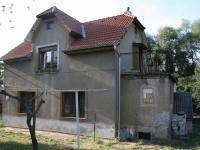 Čelní pohled na dům. (Prodej domu v osobním vlastnictví 190 m², Praha 9 - Hloubětín)