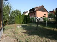 Pohled do zahrady od hlavního vstupu do domu. (Prodej domu v osobním vlastnictví 190 m², Praha 9 - Hloubětín)