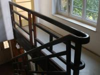 Schodišťová chodba se zachovalým stylovým zábradlím z masivu! (Prodej domu v osobním vlastnictví 190 m², Praha 9 - Hloubětín)