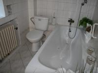 Koupelna. (Prodej domu v osobním vlastnictví 190 m², Praha 9 - Hloubětín)