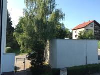 Oplocený prostor kolem domu - pohled od hlavního vstupu do ulice Přádova. (Pronájem bytu 3+1 v osobním vlastnictví 75 m², Praha 8 - Libeň)