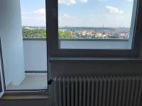 Obývací pkoj s lodžií. (Pronájem bytu 3+1 v osobním vlastnictví 75 m², Praha 8 - Libeň)