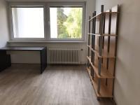 Pokoj vedle ložnice - pohled od vstupních dveří, pokoj je nezařízený (stůl a regál zde nejsou)! (Pronájem bytu 3+1 v osobním vlastnictví 75 m², Praha 8 - Libeň)