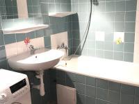 Koupelna s vanou a umavydlem + přípojkou pro pračku (pračka v bytě není)! (Pronájem bytu 3+1 v osobním vlastnictví 75 m², Praha 8 - Libeň)