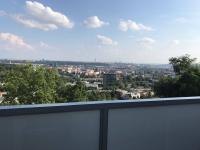 Lodžie s krásným, otevřeným výhledem na Prahu. (Pronájem bytu 3+1 v osobním vlastnictví 75 m², Praha 8 - Libeň)