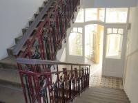 Společná chodba domu - schodiště + výtah. (Pronájem bytu 2+kk v osobním vlastnictví 43 m², Praha 2 - Vinohrady)
