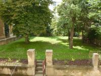 Společná zahrada s možností klidného posezení v zeleni uprostřed centra města! (Pronájem bytu 2+kk v osobním vlastnictví 43 m², Praha 2 - Vinohrady)