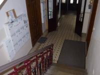 Hlavní vstup do domu, schránky, vstup do společné zahrady. (Pronájem bytu 2+kk v osobním vlastnictví 43 m², Praha 2 - Vinohrady)