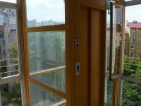Výtah s výhledem do zeleně vnitrobloku. (Pronájem bytu 2+kk v osobním vlastnictví 43 m², Praha 2 - Vinohrady)