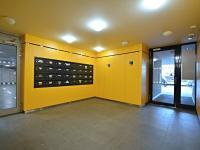 Hlavní vstup do BD, schránky. - Prodej bytu 1+kk v osobním vlastnictví 37 m², Praha 5 - Smíchov