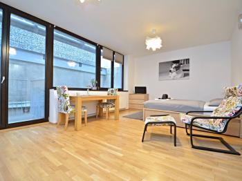 Pohled od vstupu do hlavní obytné místnosti. - Prodej bytu 1+kk v osobním vlastnictví 37 m², Praha 5 - Smíchov