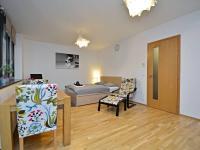 Pohled od kuchyně. - Prodej bytu 1+kk v osobním vlastnictví 37 m², Praha 5 - Smíchov