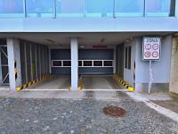 Vjezd do garáží z ulice Radlická. - Prodej bytu 1+kk v osobním vlastnictví 37 m², Praha 5 - Smíchov