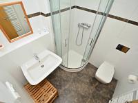 Koupelna bytu. - Prodej bytu 1+kk v osobním vlastnictví 37 m², Praha 5 - Smíchov