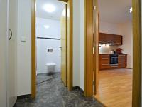 Pohled od vstupních dveří bytu. - Prodej bytu 1+kk v osobním vlastnictví 37 m², Praha 5 - Smíchov