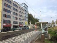 Zastávka tramvaje přímo naproti vstupu do objektu. - Prodej kancelářských prostor 34 m², Praha 5 - Smíchov