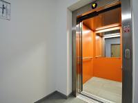 Prostorný výtah v budově. - Prodej kancelářských prostor 34 m², Praha 5 - Smíchov