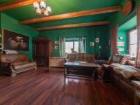 Obývací pokoj v hlavní budově - Prodej zemědělského objektu 1409 m², Radíč