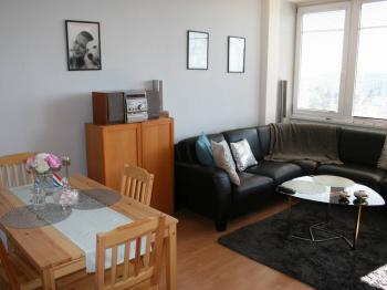 Obývací pokoj s kuchyní a jídelnou. - Prodej bytu 2+kk v osobním vlastnictví 40 m², Praha 8 - Troja