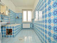 Koupelna v přízemí - Prodej domu v osobním vlastnictví 250 m², Praha 10 - Uhříněves