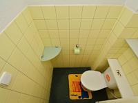 WC v přízemí - Prodej domu v osobním vlastnictví 250 m², Praha 10 - Uhříněves