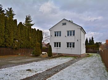 Hohled na dům z příjezdové ulice - Prodej domu v osobním vlastnictví 250 m², Praha 10 - Uhříněves