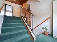 Schodiště do patra - Prodej domu v osobním vlastnictví 250 m², Praha 10 - Uhříněves