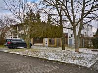Pohled na dům z ulice - Prodej domu v osobním vlastnictví 250 m², Praha 10 - Uhříněves