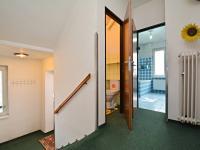 Chodba v přízemí - pohled ke koupelně a WC - Prodej domu v osobním vlastnictví 250 m², Praha 10 - Uhříněves