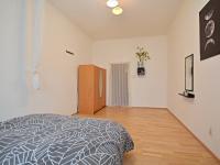 Obytná místnost - pohledod okna. - Prodej bytu 1+1 v osobním vlastnictví 42 m², Praha 7 - Holešovice
