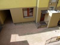 Pohled do vnitrobloku z oken společné chodby. - Prodej bytu 1+1 v osobním vlastnictví 42 m², Praha 7 - Holešovice
